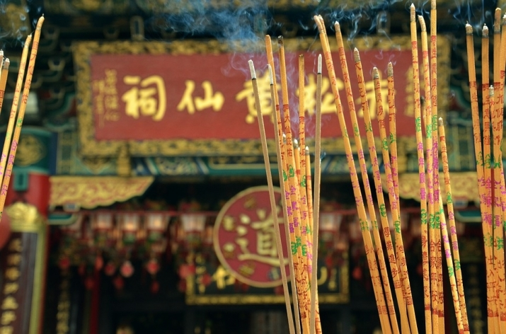 Visitors to Buddhist temples in China can expect to pay up to several hundred yuan for incense sticks and other offerings. From pixabay.com